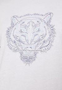 CLOSURE London - HIDDEN LOGOBAND FURY TEE - T-shirt imprimé - white - 5