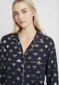 Chelsea Peers - BEE LONG SET - Pyžamová sada - navy/gold - 3