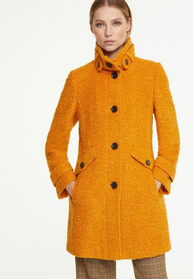 MIT RIEGEL-DETAILS - Short coat - saffron