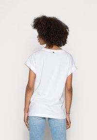 Rich & Royal - BOYFRIEND SPARKLE ORGANIC - Print T-shirt - aqua - 2