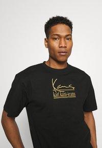 Karl Kani - SIGNATURE TEE UNISEX  - T-shirt med print - black - 3