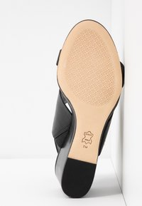 Tory Burch - METAL MILLER WEDGE - Sandály na klínu - perfect black/gold - 6