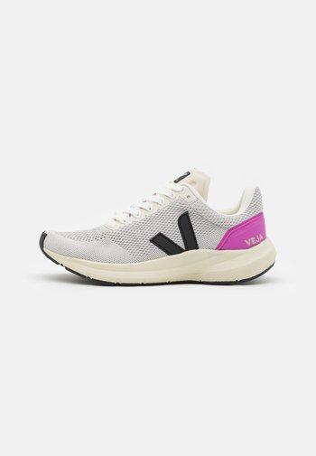 MARLIN - Neutral running shoes - chalk/black/ultraviolet