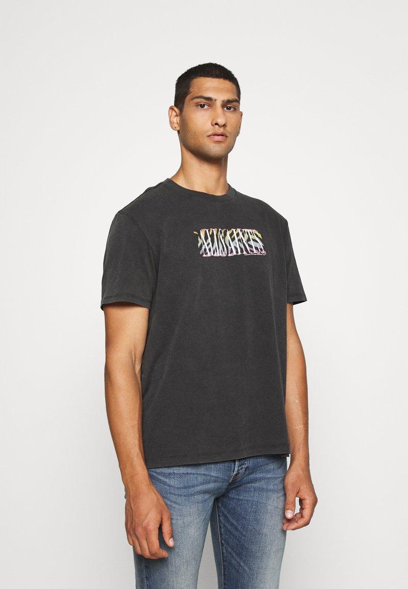 AllSaints - PROUD CREW - Print T-shirt - jet black