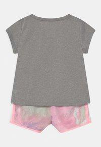 Nike Sportswear - SKY DYE TEMPO SET - Print T-shirt - arctic punch - 1