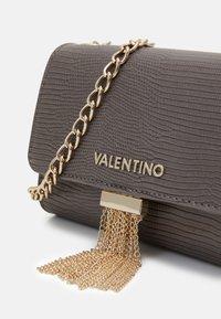 Valentino by Mario Valentino - PICCADILLY - Across body bag - grigio - 3