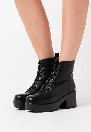 VEGAN GIN - Kotníkové boty na platformě - black