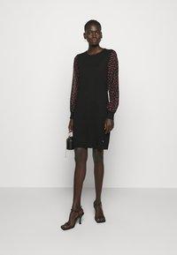 DKNY - Pouzdrové šaty - black/black/rudolph red/powder pink/multi - 1