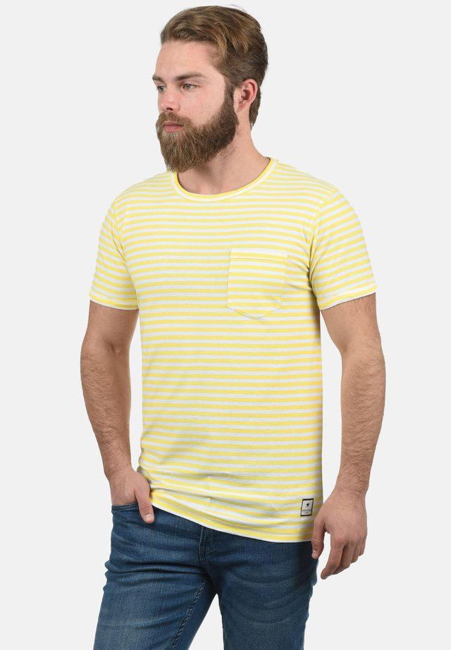 JULIUS - T-shirt print - yellow