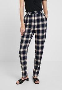 Rolla's - HORIZON CHECK PANT - Trousers - navy/cream - 0