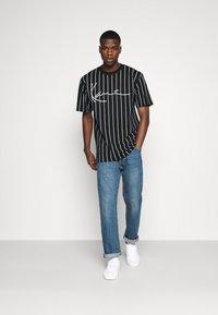 Karl Kani - SIGNATURE PINSTRIPE TEE - T-shirts print - black - 1