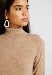 Vero Moda Tall - VMHAPPY ROLLNECK DRESS - Strikket kjole - tobacco brown - 4