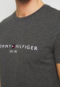 Tommy Hilfiger - LOGO TEE - Printtipaita - grey - 5