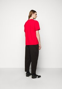 Neil Barrett - TRIPTYCH THUNDER EASY - T-shirts med print - red/black - 2