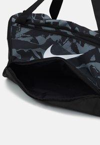 Nike Performance - DUFF UNISEX - Treningsbag - black/white - 3