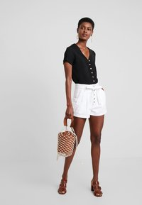 Abercrombie & Fitch - PAPER BAG WAIST - Shorts - white - 2