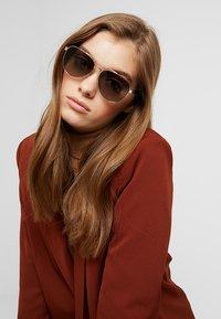 Tory Burch - Sluneční brýle - shiny light gold-coloured - 1