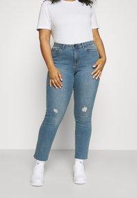 Vero Moda Curve - VMMANYADINA CROPPED - Jeans Skinny Fit - medium blue denim - 0