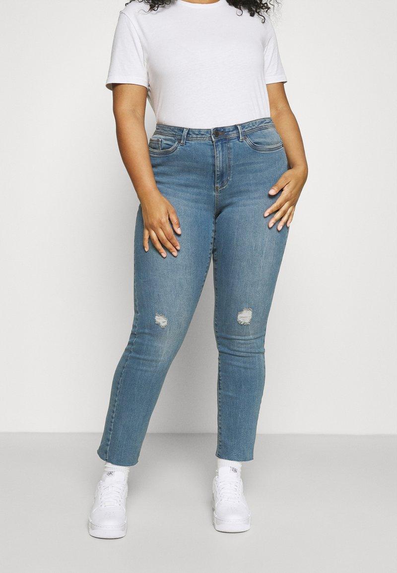 Vero Moda Curve - VMMANYADINA CROPPED - Jeans Skinny Fit - medium blue denim