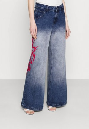 SKATER FIT TRIBAL PLACEMENT - Flared Jeans - blue/ red