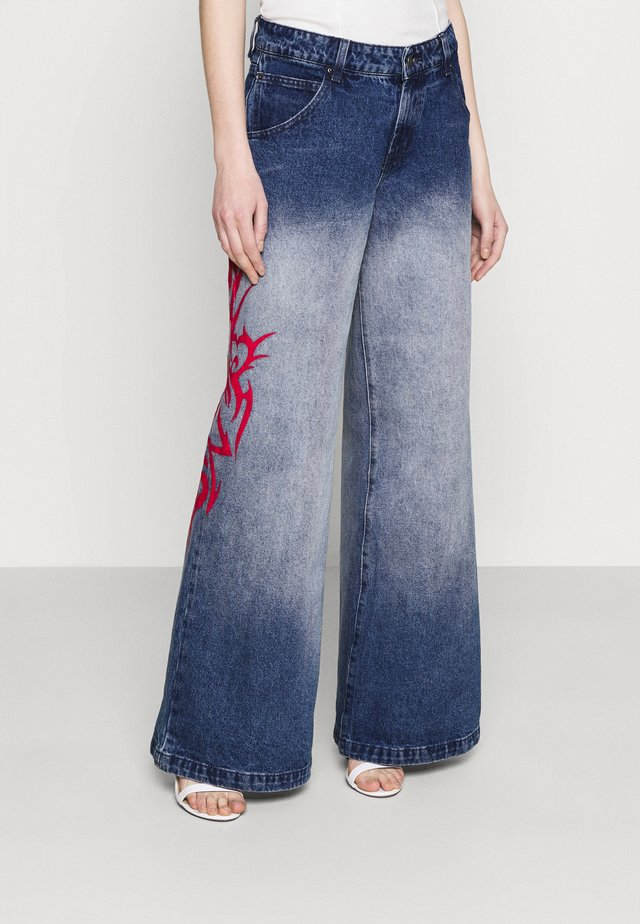 SKATER FIT TRIBAL PLACEMENT - Jean flare - blue/ red