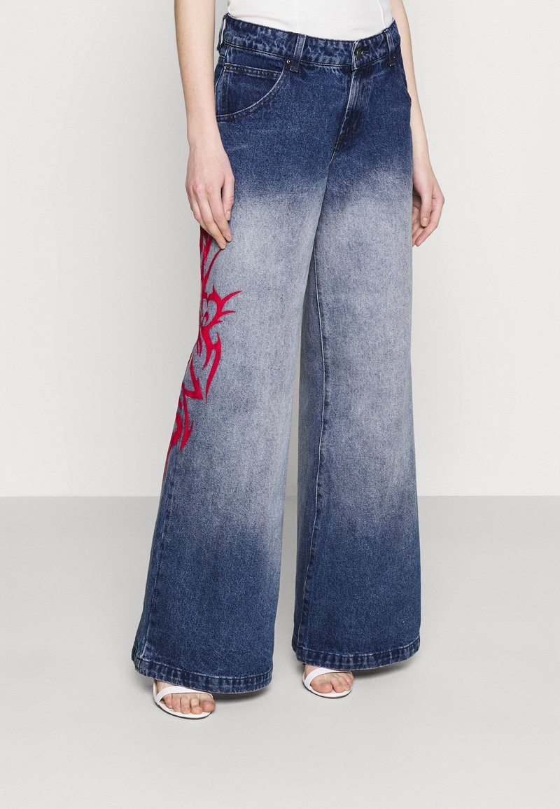 Jaded London - SKATER FIT TRIBAL PLACEMENT - Flared jeans - blue/ red