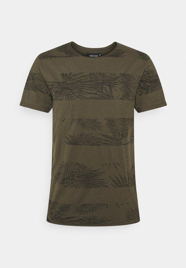 ALLEN - Print T-shirt - army