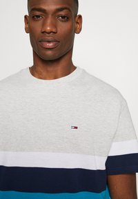 Tommy Jeans - GRAPHIC COLORBLOCK TEE - Print T-shirt - pale grey heather/multi - 5