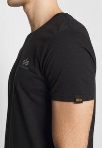 Alpha Industries - SMALL LOGO REFLECTIVE PRINT - T-paita - black - 4