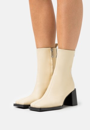 HOLLY - Classic ankle boots - duckling