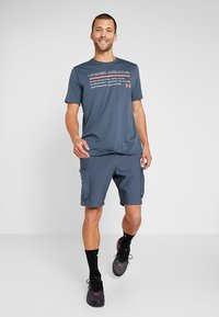Under Armour - ISSUED - T-shirt con stampa - wire/beta red - 1