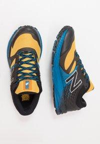 New Balance - SUMMIT K.O.M. - Obuwie do biegania Szlak - yellow - 1