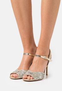 Liu Jo Jeans - APRIL GLITTER METALLIC  - Sandaler - silver/light gold - 0