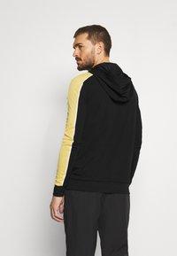 Nike Performance - DRY HOODIE - Langærmede T-shirts - black/saturn gold/white - 2