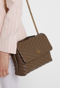 Tory Burch - KIRA CHEVRON CONVERTIBLE SHOULDER BAG - Bolso de mano - classic taupe - 1