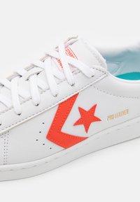 Converse - PRO COLOR POP UNISEX - Zapatillas - white/bright poppy - 5