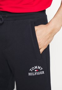Tommy Hilfiger - BASIC EMBROIDERED  - Shorts - blue - 5