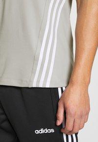 adidas Performance - PRIMEGREEN TRAINING SPORTS SHORT SLEEVE TEE - Print T-shirt - metal grey - 4