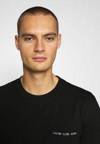 Calvin Klein Jeans - INTARSIA POCKET TEE - T-shirts print - black - 3
