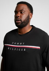 Tommy Hilfiger - CORP SPLIT TEE - Camiseta estampada - black - 5