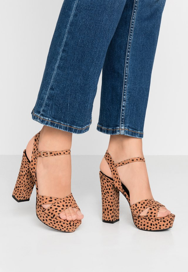 Sandali con tacco - tan