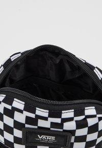 Vans - MN BAIL SHOULDER BAG - Axelremsväska - black/white - 4