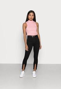 Noisy May Petite - NMCALLIE SLIT DETAI - Jeans Skinny Fit - black denim - 1