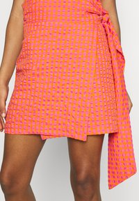 Never Fully Dressed - GINGHAM MINI JASPRE - Zavinovací sukně - orange - 5