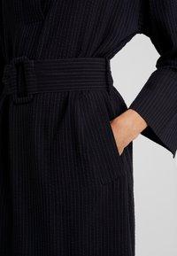 And Less - NEW CAJA DRESS - Denní šaty - blue nights - 4