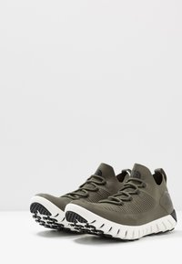 The North Face - MEN'S OSCILATE - Obuwie do biegania Turystyka - new taupe green/black - 2