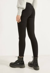 Bershka - PUSH UP - Jeans Skinny Fit - black - 2