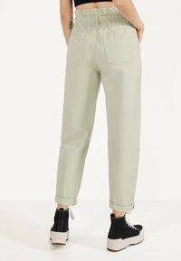 Bershka - MIT STRETCHBUND  - Trousers - green - 2