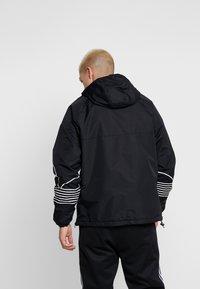 adidas Originals - OUTLINE - Cortaviento - black - 2