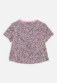Nike Sportswear - TEE CROP  - T-shirt z nadrukiem - pink rise/limelight - 1